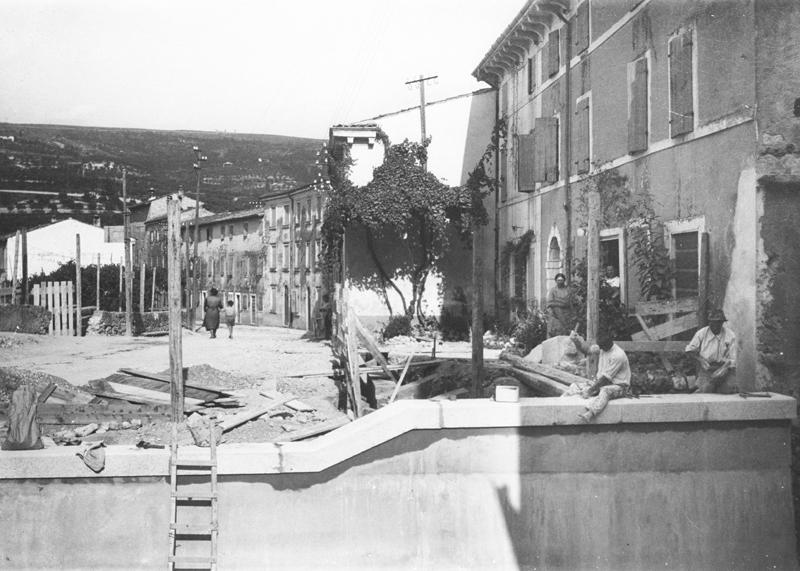 Operai al lavoro sul tratto d'argine all'imbocco di Via Lanificio.